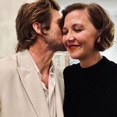 Promi-Küsse: Jake Gyllenhaal gibt seiner Schwester Maggie einen Kuss auf die Wange