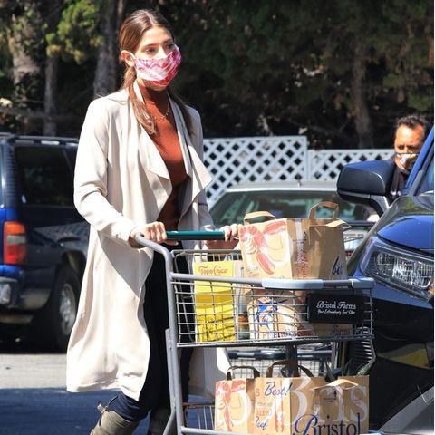 Shopping: Ashley Greene mit Einkaufswagen