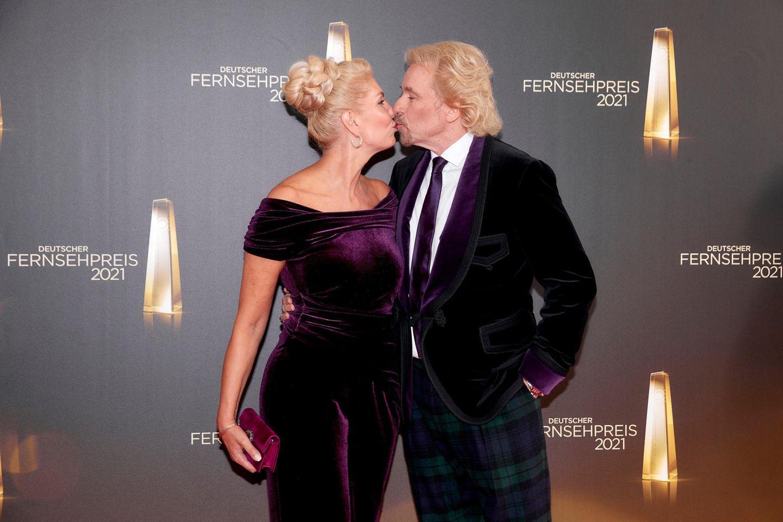 Promi-Küsse: Karina Mross und Thomas Gottschalk küssen sich auf dem roten Teppich beim Deutschen Fernsehpreis 2021