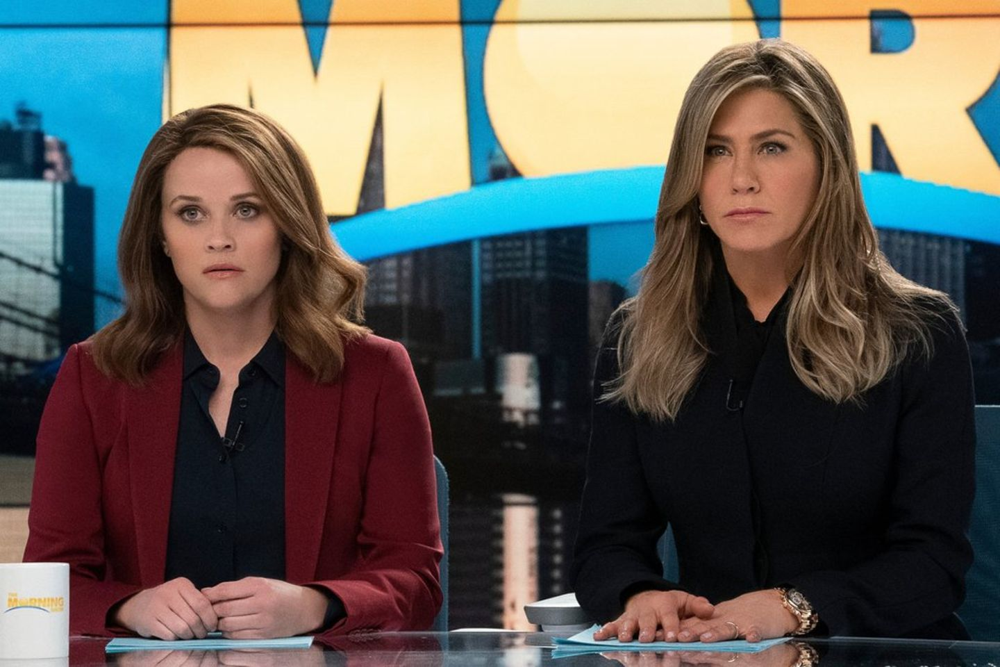 """Bradley (Reese Witherspoon) und Alex (Jennifer Aniston) in """"The Morning Show""""."""