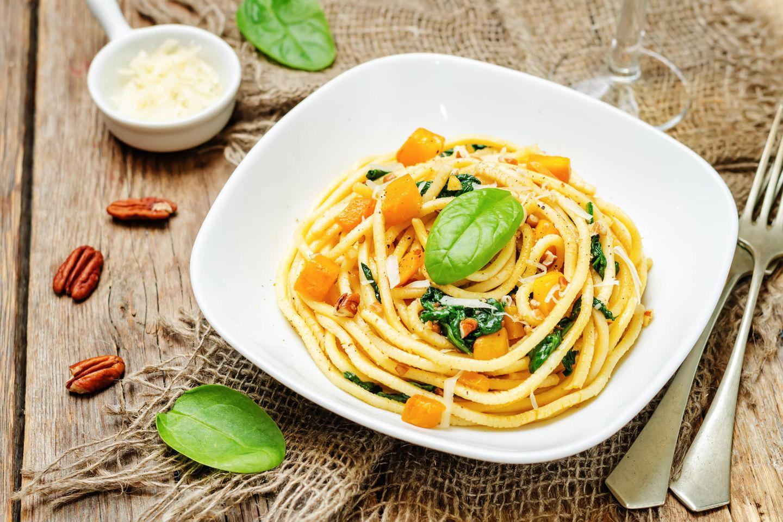 Kürbis-Spinat-Pasta: Teller mit Spaghetti mit Kürbis und Spinat.