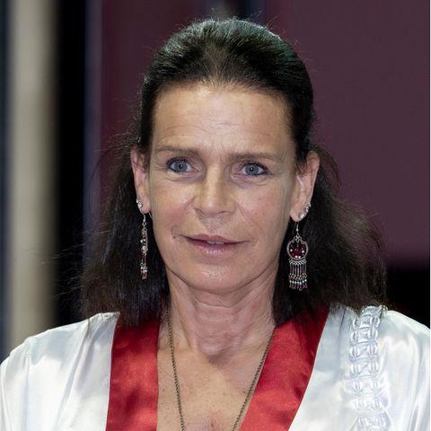 """Normalerweise kennt man Prinzessin Stephanie mit braunen, schulterlangen Haaren. Beim""""Princess of Monaco Cup"""" überraschtdie 56-Jährige nun mit einem neuen Look..."""