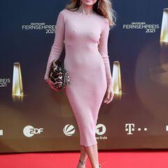 Jenny Elvers erschien in einem rosafarbenen Strickkleid zum deutschen Fernsehpreis 2021 und kombinierte dazu Accessoires mit Leo-Print. Beim Thema Unterwäsche sparte die Schauspielerin hingegen– zumindest der BH durfte an diesem Abend zuhause bleiben.