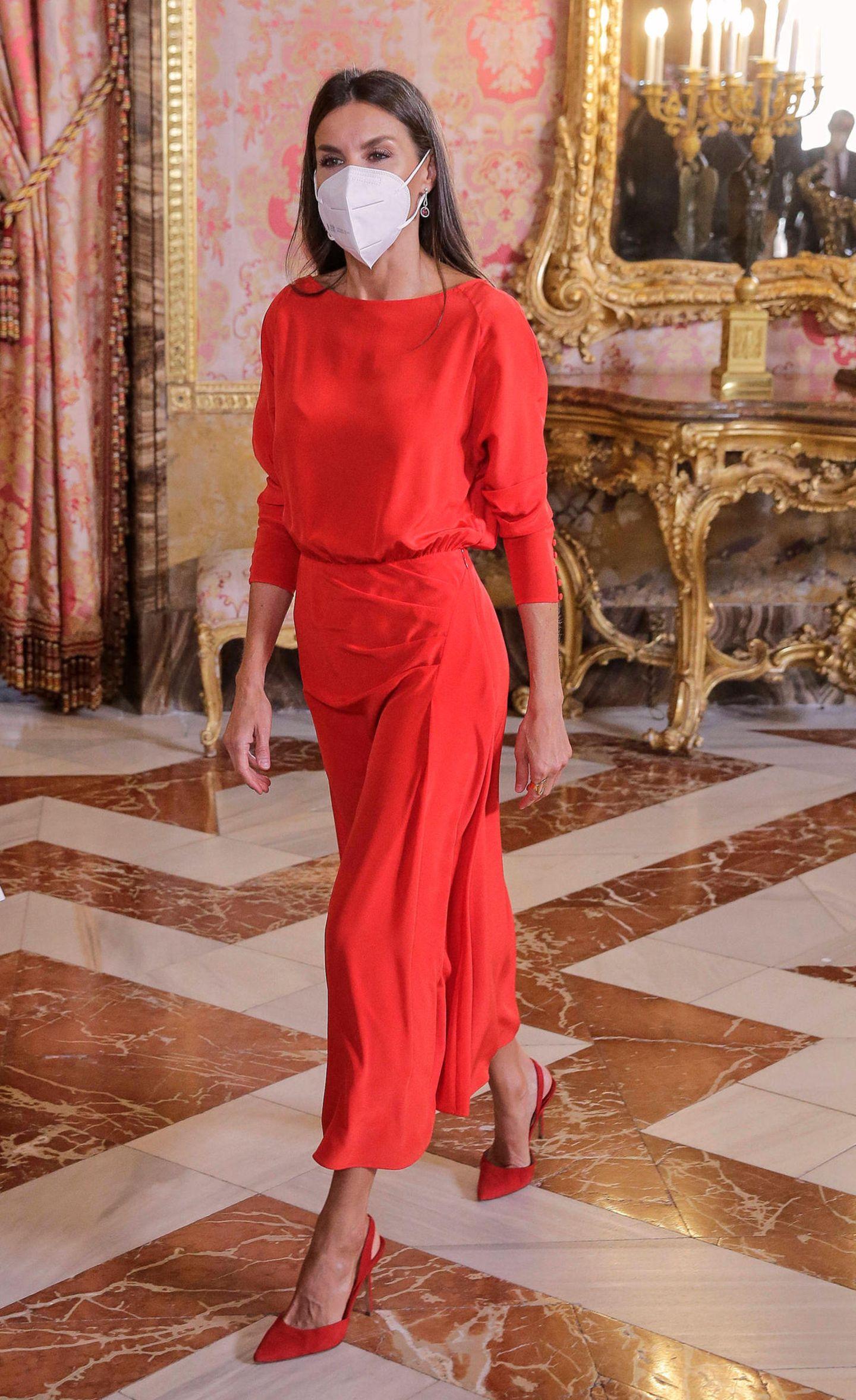 Königin Letizia trägt ein rotes Outfit