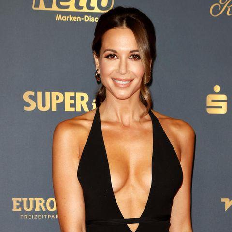 Einen echten Wow-Auftritt legte Sängerin Mandy Capristo auf dem roten Teppich der goldenen Henne hin. In einem schwarzen Dress mit tiefem Ausschnitt und hohem Beinausschnitt war sie einer der Hingucker des Abends.