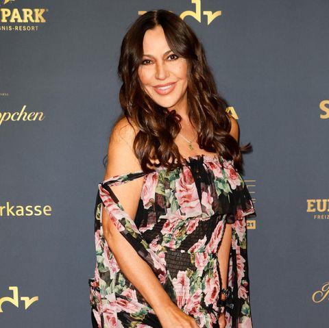 Es ist ihr erster Red-Carpet-Auftritt nach Bekanntwerden ihrer Trennung von Langzeit-Partner Silvio Heinevetter. Bei der Goldenen Henne 2021 erscheint Simone Thomalla in einem geblümten Chiffonkleid. Das schönste Detail ihres Looks ist aber definitiv das strahlende Lächeln.