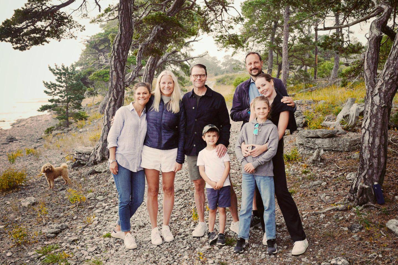 Royals im Urlaub (v.l.): Kronprinzessin Victoria, Kronprinzessin Mette-Marit, Prinz Daniel, Prinz Oscar, Kronprinz Haakon, Prinzessin Ingrid Alexandra und Prinzessin Estelle