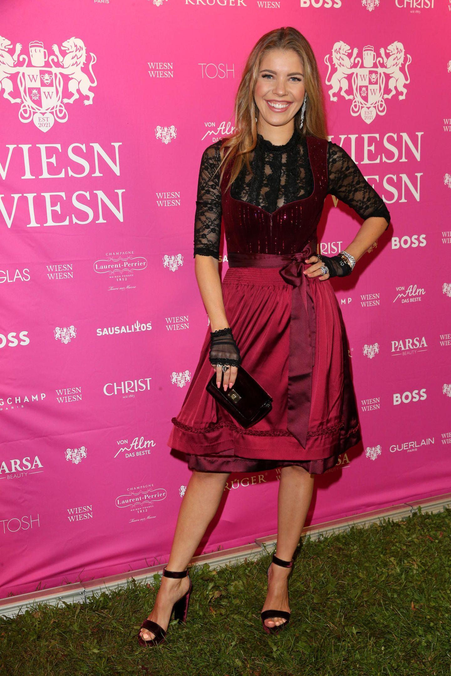 """Victoria Swarovski setzt auf der """"Wiesn Wiesn""""auf einen rockigen Dirndl-Look in Schwarz-Rot. Die Spitzendeatils machen das Outfit elegant."""