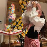 """19. September 2021  Happy Birthday Khai! Gigi Hadids süße Tochter feiert schon ihren ersten Geburtstag, und Tante Bella ist natürlich gekommen, um ihre """"beste Freundin"""" hochleben zu lassen. Hoch hinaus geht übrigens auch ihre witzige, bunte Kindertorte."""