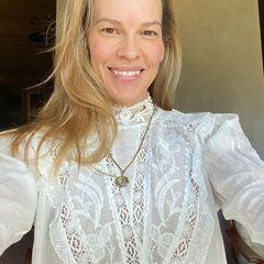 Dieses Strahlen braucht kein Make-up! Hilary Swank grüß ihre Follower:innen bei Instagram mit einem Selfie der besonderen Art. Statt Red-Carpet-Robe, perfekt gemachter Haare und Profi-Make-up zeigt sich die Oscar-Gewinnerin ganz natürlich. Ihren Fans gefällt es – zu Recht!