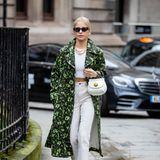 Caro Daur darf in London natürlich nicht fehlen. Im auffälligen Trenchcoat-Look ist sie unterwegs zur Show von Erdem.