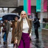 So ganz hat Leonie Hanne den Style-Sommer noch nicht abgeschlossen. In Sandalen ist die Influencerin auf dem Weg zur Show von Roland Mouret. Der restliche Look mit Rollkragenpullover und Blazer ist aber schon recht herbstlich.