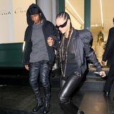 """""""Wir gehören zusammen"""", scheinen Rihanna und ASAP Rocky mit ihren Looks aussagen zu wollen. Für eine Shoppingtour im New Yorker In-Viertel Soho wählen beide Musiker schwarze Outfits, bestehend ausLederhosen, derben Boots und dunklen Jacken. Rihanna haucht ihrem Look mit einem transparenten Top ein wenig Sexyness ein. Auch in Sachen Haarstyle scheint das Paar sich einig zu sein, beide setzen auf Cornrows."""
