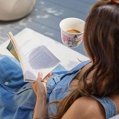 Stars als Leseratten: Miranda Kerr genießt einen Tee und liest ein Buch