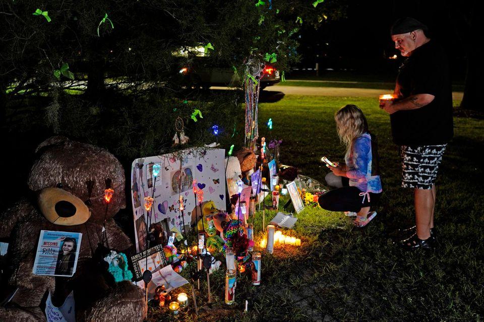 In Erinnerung an Gabby Petito wurden bereits Kerzen und Geschenke aufgestellt.