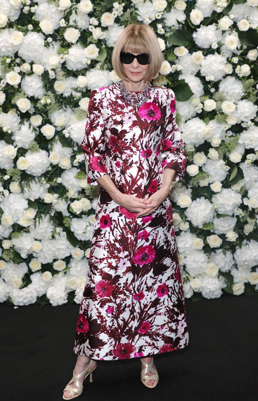 Anna Wintour besucht die Party von der britischen Vogue und Tiffany & Co. Für das besondere Event trägt die Vogue-Chefredakteurin ein rosa Kleid mit Blumenmuster.
