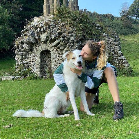 Einen Ausflug ins Grüne ist nicht nur für Hund Heinzi eine willkommene Abwechslung, auch Stefanie Giesinger genießt die kleine Auszeit in der Natur in vollen Zügen. Und für ihren felligen Begleiter gibts dann auch noch einen dicken Schmatzer für einen gelungenen Tag.