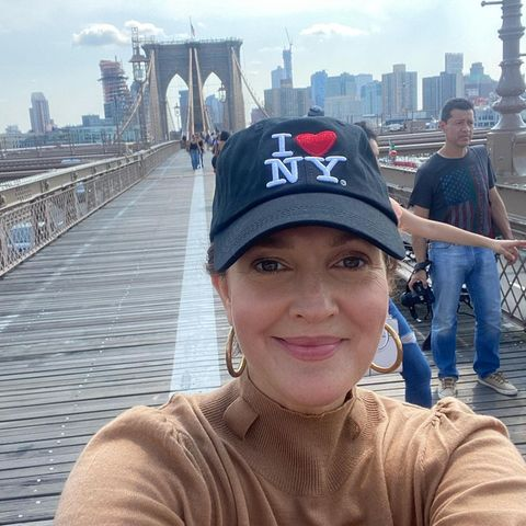 Star-Gezwitscher 2021: Drew Barrymore auf Brooklyn Bridge