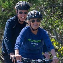 Dr. Jill Biden geht es sportlich an. Für einenFahrrad-Ausflug durch denCape Henlopen State Park in Rehoboth Beach, Delaware taucht die First Lady ihr klassisches Kostüm nur zu gerne gegen bequeme Leggings, Shirt und Sneakers. Ein Look, der der Ehefrau des amtierenden US-Präsidenten definitiv steht!