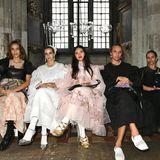 Nach dem Posieren für die Kameras besuchtAlexa Chung gemeinsam mitGreta Bellamacina, Faye Wei Wei, Alfred Bramsen und Francesca Hayward (v.l.n.r.) die Modenschau von Simone Rocha.