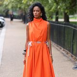 Orange als neue Trendfarbe? Die auffällige Farbe zieht sich durch die Street-Style-Looks der London Fashion Week. Einige tragen ein Kleidungsstück der in der Farbe und halten die Accessoires dezent...