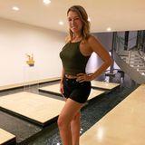 Urlaubsgrüße: Iris Mareike Steen posiert vor einem Pool auf Rhodos