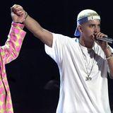 """Es war die Überraschung des Abends, als 2001 Elton John zusammen Eminem seinen Song """"Stan"""" aufführten. Das unerwartete Duett wurde nur von der starken Geste am Ende der Performance übertroffen: Das Händchen-Halten setzte ein starkes Zeichen für die LGBTQ-Community. Elton stand dem Rapper, der mit Drogenproblemen zu kämpfen hatte, am Telefon immer mit Ratschlägen zur Seite."""