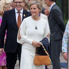 """Was für ein Look! Gräfin Sophie von Wessex wählt für den Besuch der """"RHS Chelsea Flower Show""""in London ein frühlingshaftes Outfit mit besonderem Detail:Das Strickkleid von Victoria Beckham besticht durch langeCut-Outs an den Ärmeln. Dazu kombiniert Sophie eine camelfarbeneHandtasche, weiße Espadrilles und eine lange Halskette im Vintage-Stil."""
