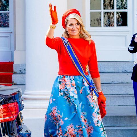 Königin Máxima feiert den Prinzentag 2021 in Den Haag. Gut gelaunt und wie immer top gestylt winkt sie den Fotograf:innen zu. Dabei trägt sie ein Ensemble von Natan Couture, einem ihrer Lieblingslabels. Eine tolle Wahl, die die Königin zum Strahlen bringt.