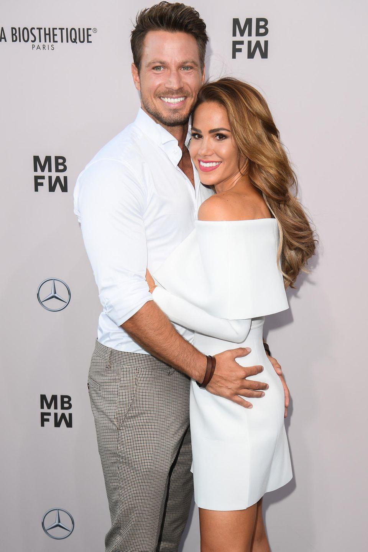 Bei der Fashion Week 2019 trugen Angelina und Sebastian Pannek all-white.