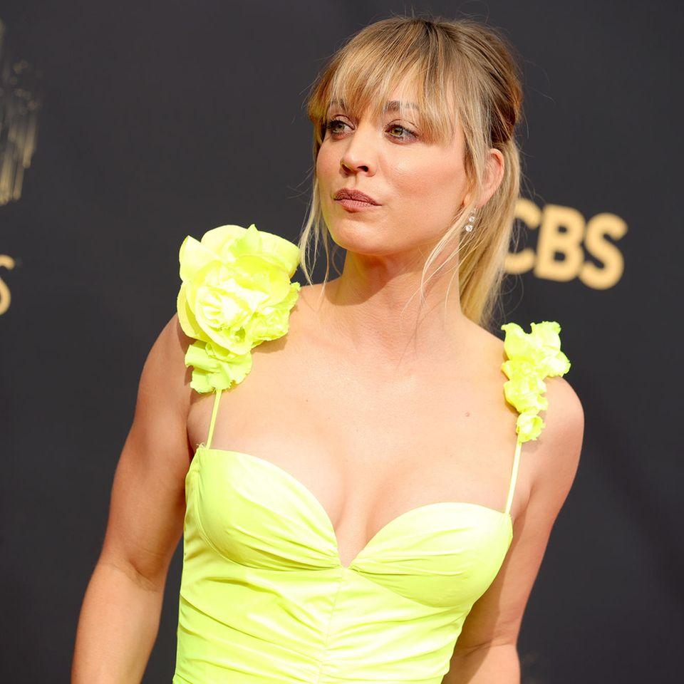 Kaley Cuoco bei den Emmys 2021.