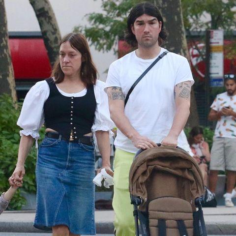 Huch, was ist denn da los? Fast hätte man Chloë Sevigny und Ehemann Vanja Sevigny Mackovic nicht wiedererkannt! Die Schauspielerin trägt ihre Haare nun dunkelbraun. Doch es sind nicht die Haare, die verwirrte Blicke auf sich ziehen. Ihr wilder Mix aus Denimrock, Puffärmel-Bluse und Weste sieht eher nach einem Kostüm aus, als einem Alltags-Outfit. Auch ihr Ehemann wirkt mit Hose im Neon-Look eher so, als wäre er auf dem Weg zu einem wilden Techno-Festival.
