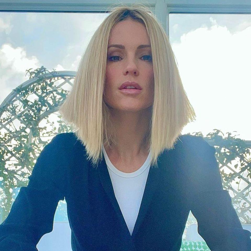 Bei diesem Look steht nicht das Outfit von Michelle Hunziker im Vordergrund: Auf ihrem neuesten Instagramfoto zeigt sich die Dreifach-Mama mit veränderter Frisur – sie betontihren Long Bob lässig mit geglätteten Haaren.Bei dem Styling kommt der typische Schnitt perfekt zum Vorschein: Die hinteren Haare sind kürzerund fallen in gerader Linie sanft nach vorne. Passend zu der frisurtypischenHaarkante beweist die Moderatorin Humorund witzelt, ihr Look sei mit einem Lineal gestylt worden.
