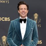Ob Jason Sudeikis sich seinen Look für die Emmys bei SchauspielkollegeChris Evans abgeguckt hat? Der trug nämlich schon mal einen ähnlichen Look auf dem Red Carpet. Davon lässt sich Jason jedoch nicht beirren. Vielmehr nutzt er die Chance, um das Samt-Jackett zu seinem eigenen zu machen, indem er es zurpassenden Anzughose kombiniert.