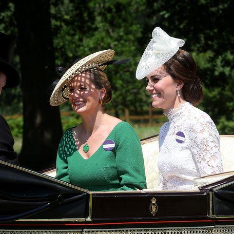 Sophie von Wessex und Herzogin Catherine in der Kutsche unterwegs zu Royal Ascot. Kurz zuvor passierte das kleine Missgeschick.