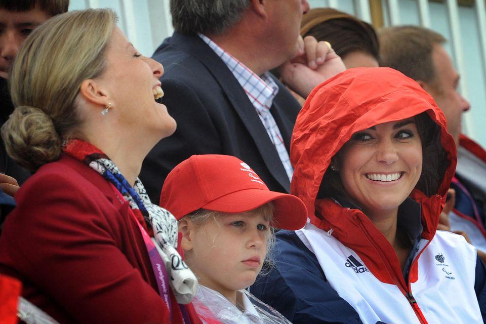 Sophie und Kate sehen beim Rudern im Rahmen der Paralympischen Spiele 2012 in London zu.