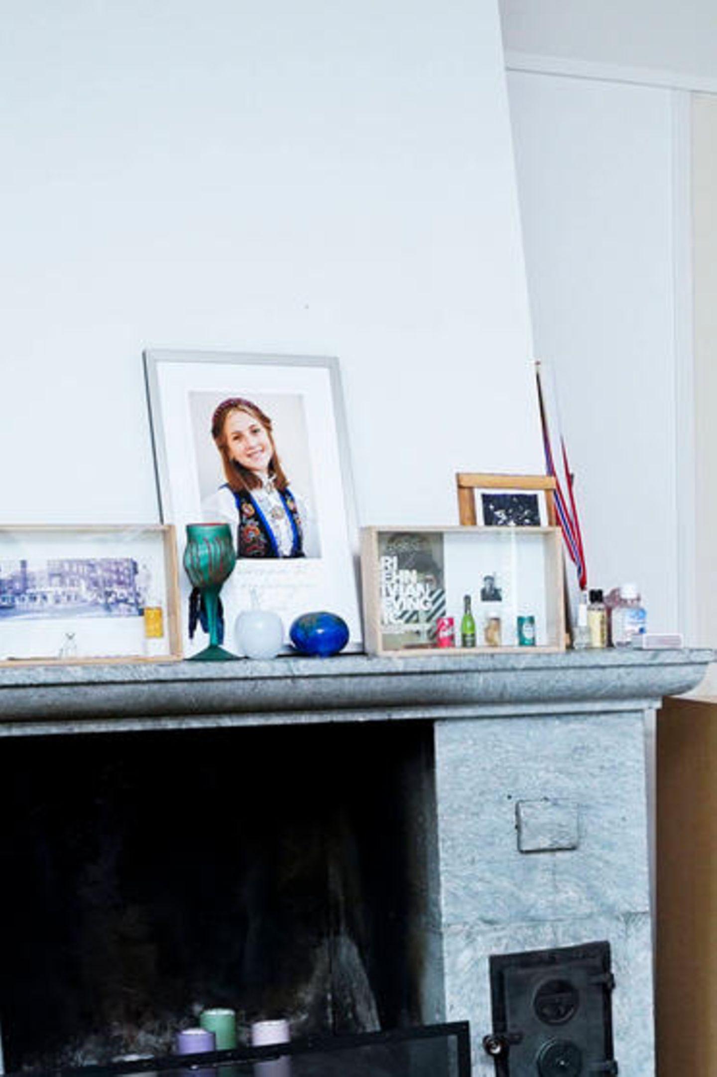 In dem Holzrahmen befindet sich ein Foto ihres verstorbenen Ex-Mannes und Vater ihrer drei Töchter, Ari Behn. Der Künstler nahm sich am 25. Dezember 2019 im Alter von 47 Jahren das Leben. Die Schwarz-Weiß-Aufnahme wurde gemeinsam mit einer Ausstellungsankündigung sowie einigen Gegenständen in den Rahmen gelegt. Daneben steht das Konfirmationsbild seiner Tochter Leah Isadora Behn.