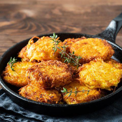 Kartoffelpuffer in einer Pfanne