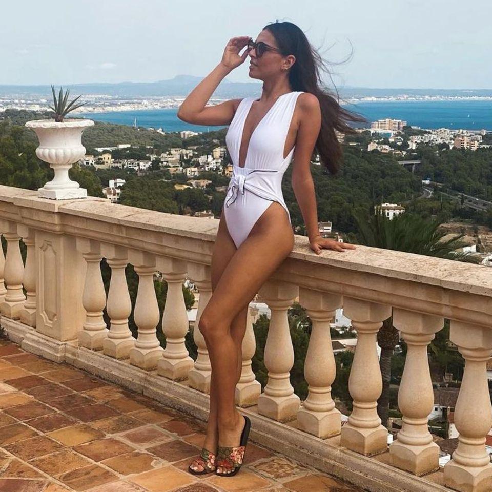 Mit diesem sexy Post sendet Lili Paul-Roncalli sonnige Urlaubsgrüße an ihre Instagramfans. Nicht nur der weiße Badeanzug mit tiefem Ausschnitt lenkt die Blicke auf sich, auch die trainierte Figur der ''Let's Dance''-Siegerin von 2020 kann sich sehenlassen. Ihre Follower:innen sind von dem Bild begeistert!Eine Userin schreibt: ''Einfach nur schön'', ein anderer User kommentiert ''Du siehst Hammer aus''.