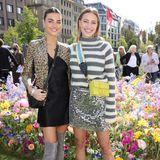 Celine Bethmann und Nicole Poturalski posieren für die Fotografen.
