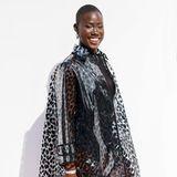 Aminata Sanogo posiert auf dem Red Carpet.