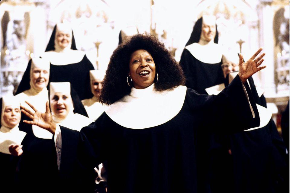 In ihrer Rolle als Chorleiterin geht Deloris (Whoopi Goldberg) auf