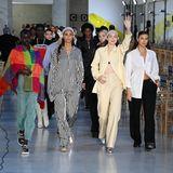 So eine große Fashion-Show will gut geprobt werden, hier schweben schon malAdut Akech, Joan Smalls, Gigi Hadid und Irina Shayk (v.l.) über den blankpolierten Runway von Max Mara.