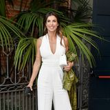 Elisabetta Canalis strahlt für die Alberta-Ferretti-Show im weißen Jumpsuit.