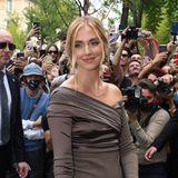 Als Gast bei der Fashion-Show von Fendi wird Chiara Ferragni am Eingang von Fans und Fotografen umringt.