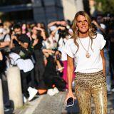 Fashionista Anna Dello Russo glänzt mit ihrem goldenen Pailletten-Look in der Spätsommersonne von Mailand besonders schön. Sie ist auf dem Weg zur Fendi-Show.