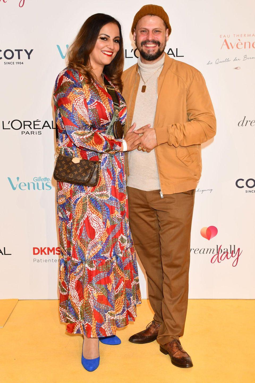 Manuel Cortez mit seiner Partnerin auf dem roten Teppich