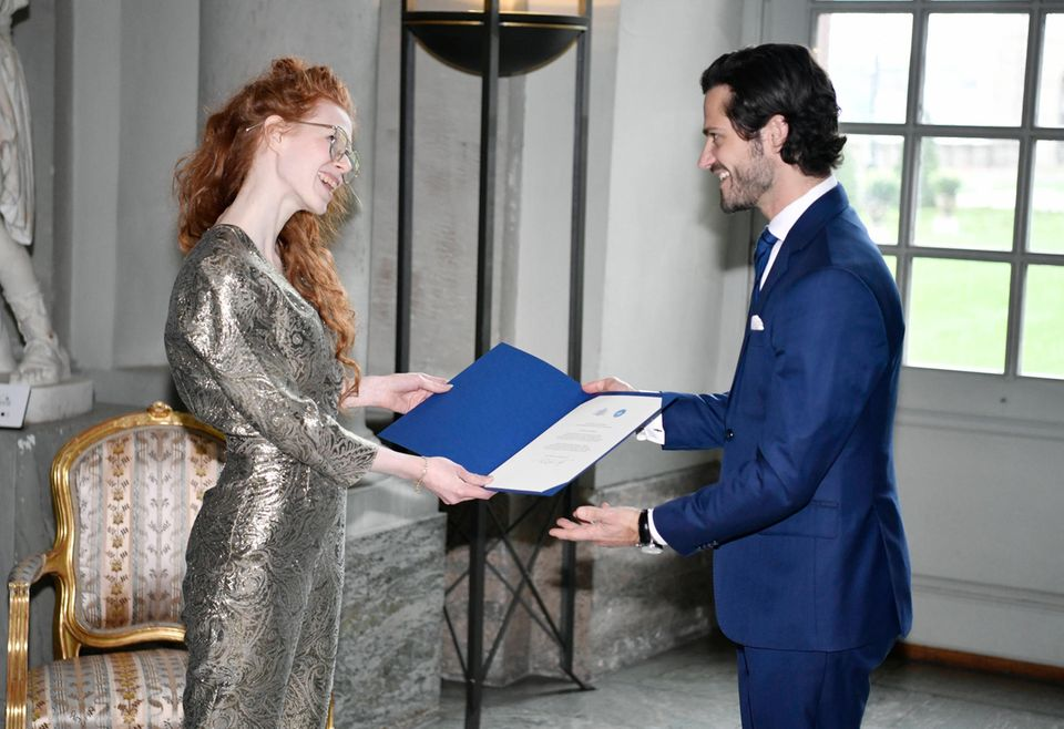 RTK: Prinz Carl Philip übergibt feierlich die Urkunde an Hannah Clarkson