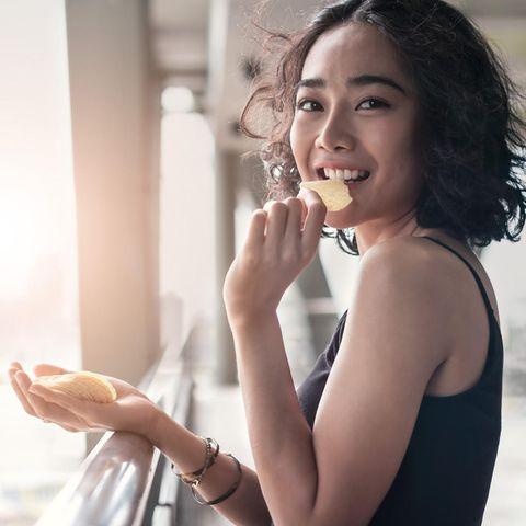 Was Ihr Lieblings-Snack über die Persönlichkeit verrät: Frau isst Chips