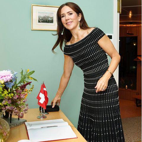 Kronprinzessin Mary besucht die Schweizer Botschaft in Kopenhagen. Dabei setzt sie auf ein schulterfreies Strickkleid von Alexander McQueen, das sicherlich auch den Geschmack anderer Royals treffen würde ...